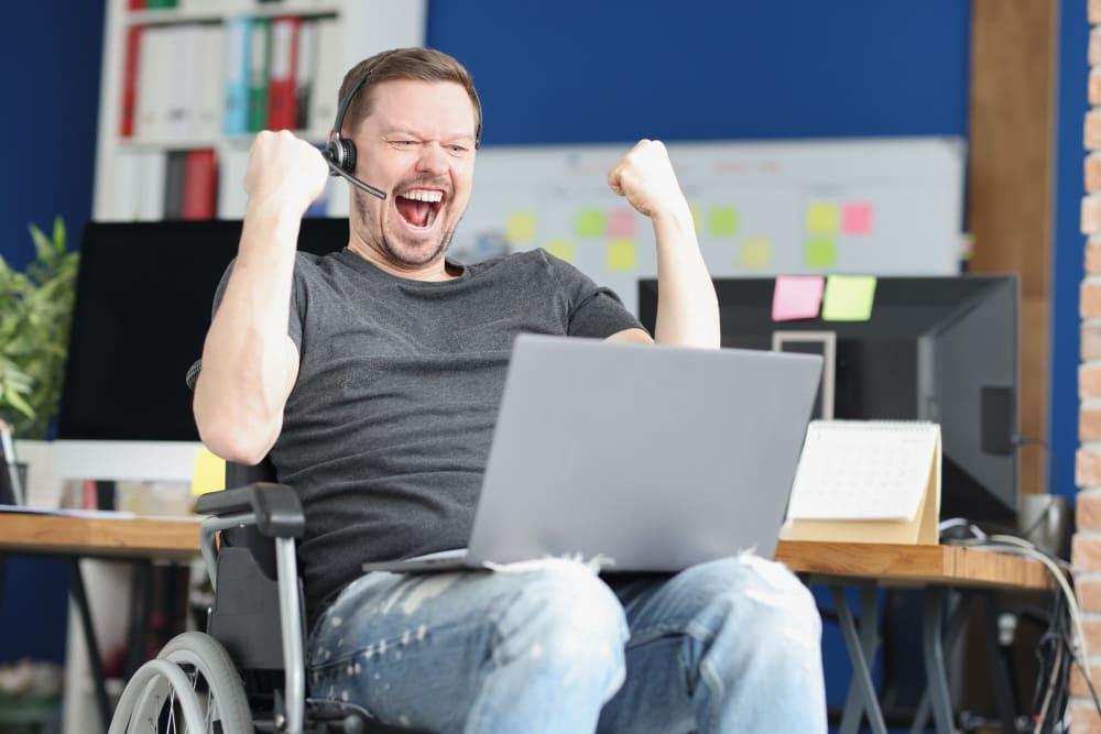 Homme qui joue avec un PC Gamer